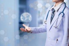 Kobiety dictor używać hologram pokazywać globalną sieć medyczny co obrazy stock