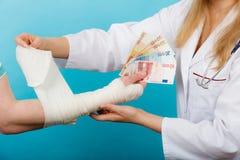 Kobiety doktorska bandażuje męska ręka Obrazy Royalty Free