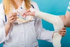 Kobiety doktorska bandażuje męska ręka Obraz Stock
