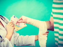 Kobiety doktorska bandażuje męska ręka Zdjęcia Stock