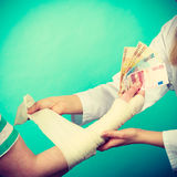 Kobiety doktorska bandażuje męska ręka Fotografia Royalty Free