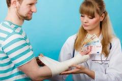 Kobiety doktorska bandażuje męska ręka Zdjęcie Royalty Free