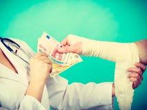 Kobiety doktorska bandażuje męska ręka Zdjęcia Royalty Free