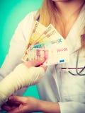Kobiety doktorska bandażuje męska ręka Obrazy Stock