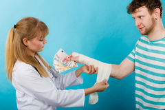 Kobiety doktorska bandażuje męska ręka Obraz Royalty Free