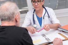Kobiety doktorska wyjaśnia medycyna jej pacjent zdjęcie royalty free