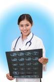 Kobiety doktorski dopatrywanie cierpliwy promieniowanie rentgenowskie Fotografia Royalty Free