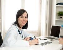 Kobiety doktorski działanie na medycznej wiedzie specjalistycznej i gmeranie informacji na laptopie przy szpitalnym biurem obraz stock