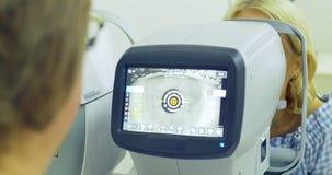 Kobiety doktorski działanie z refraktometr maszyną Zakończenie okulistyki technologia zbiory wideo