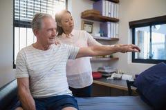 Kobiety doktorski i starszy męski cierpliwy patrzeć gotowy Zdjęcie Royalty Free