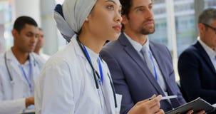 Kobiety doktorski mienie cyfrowa pastylka w biznesowym konwersatorium 4k zbiory