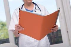 Kobiety doktorski mienie kartoteka obrazy stock