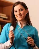 Kobiety doktorski ono uśmiecha się z stetoskopem w rękach obraz royalty free