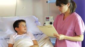 Kobiety Doktorski Opowiadać chłopiec W łóżku szpitalnym zbiory wideo