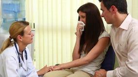 Kobiety doktorski opowiadać kobieta w poczekalni zdjęcie wideo