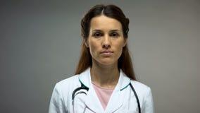 Kobiety doktorski patrzeć w kamerę, HIV pomocy zapobiegania kampania, informacja obrazy stock