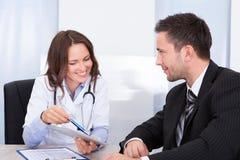 Kobiety doktorski patrzeje biznesmen Fotografia Royalty Free