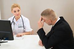 Kobiety doktorski patrzeje pacjent Obrazy Stock
