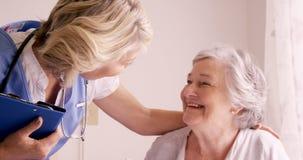 Kobiety doktorski pocieszać starsza kobieta zdjęcie wideo