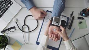 Kobiety doktorski pomiarowy ciśnienie krwi pacjent zdjęcie wideo
