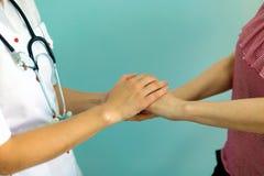 Kobiety doktorski ` s wręcza mieniu cierpliwą ` s rękę dla ośmielenia i empatii Partnerstwo, zaufanie i medycznych etyk pojęcie, obraz royalty free