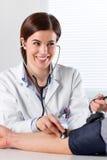 Kobiety Doktorski Sprawdza ciśnienie krwi pacjent Obraz Royalty Free