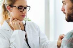 Kobiety doktorski sprawdza cierpliwy bicie serca używać stetoskop Obrazy Stock