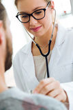 Kobiety doktorski sprawdza cierpliwy bicie serca używać stetoskop Fotografia Royalty Free