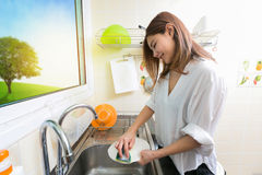 Kobiety domycia naczynia w kuchni zdjęcia royalty free