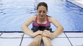Kobiety dopłynięcie w basenie obrazy royalty free