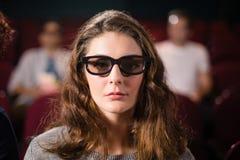 Kobiety dopatrywania film w theatre zdjęcie royalty free