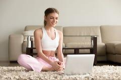 Kobiety dopatrywania sprawności fizycznej wideo tutorial online zdjęcia stock