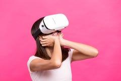 Kobiety dopatrywania though VR przyrząd i uczucie straszni Zdjęcie Royalty Free