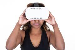 Kobiety dopatrywanie z rzeczywistości wirtualnej amerykanin afrykańskiego pochodzenia początkiem zdjęcia royalty free