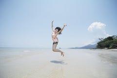 Kobiety doskakiwanie na plaży Zdjęcie Royalty Free
