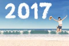 Kobiety doskakiwanie z kapeluszem na plaży Zdjęcia Royalty Free