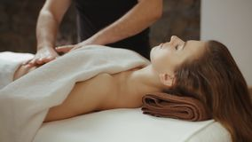 Kobiety dostawania żołądka masaż w zdroju Masażysta ręk oparzenie sadła celulitisy zbiory