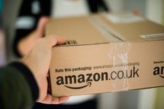 Kobiety dostawania pakuneczek Zdjęcie Royalty Free
