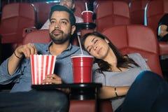 Kobiety dosypianie przy kinem obrazy stock