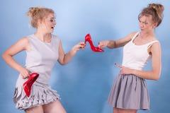 Kobiety dyskutuje nad czerwonymi szpilkami obrazy royalty free
