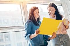 Kobiety dyskutuje strategię biznesową obraz royalty free