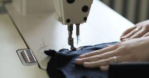 Kobiety działanie jako projektant mody z szwalną maszyną w studiu zbiory