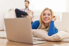 Kobiety działanie na laptopie i Zdjęcie Stock
