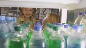 Kobiety dziecko Bierze bidony w paliwo staci sklepie zbiory