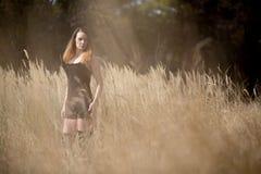 Kobiety dziewczyna W Śródpolnym kraju pięknie Obraz Stock