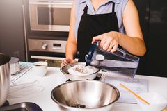 Kobiety dziewczyna w kuchennej kulinarnej tajlandzkiej herbacie Fotografia Stock