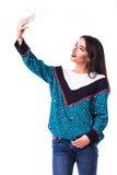 Kobiety dziewczyna w przypadkowego modnisia lata odzieżowym telefonie komórkowym w rękach Zdjęcie Royalty Free