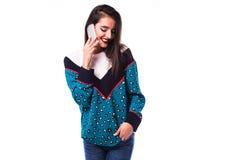 Kobiety dziewczyna w przypadkowego modnisia lata odzieżowym telefonie komórkowym w rękach Fotografia Stock