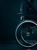 Kobiety dziewczyny nieważny obsiadanie na wózku inwalidzkim obrazy stock