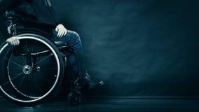 Kobiety dziewczyny nieważny obsiadanie na wózku inwalidzkim zdjęcia royalty free